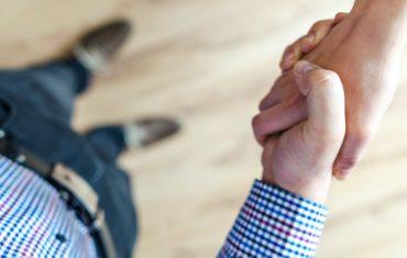 dłoń przedsiębiorcy korzystający z usług it